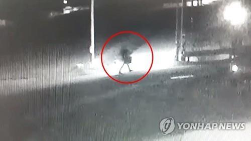 부친 살해 30대가 아버지의 집으로 향하는 모습. [연합뉴스]