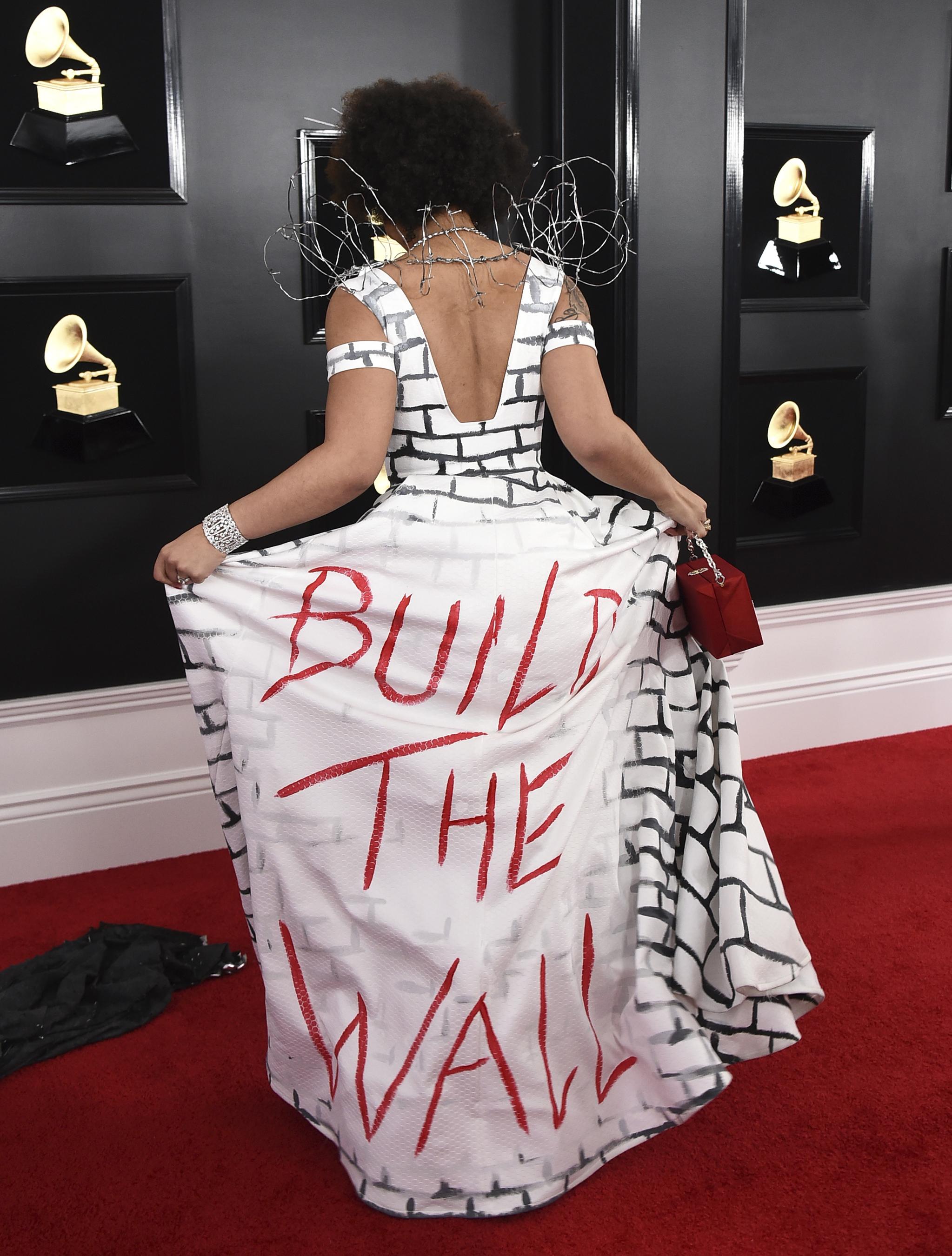 가수 조이 빌라가 지난 10일 그래미상 수상식이 열린 로스앤젤레스 스테이플즈 센터에 들어서며 포즈를 취하고 있다.[로이터=연합뉴스]
