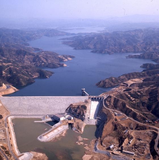 낙동강 상류 안동댐. 지난 2017년 7월 초 안동댐 상류에서는 떡붕어 떼죽음이 발생했다. [중앙포토]