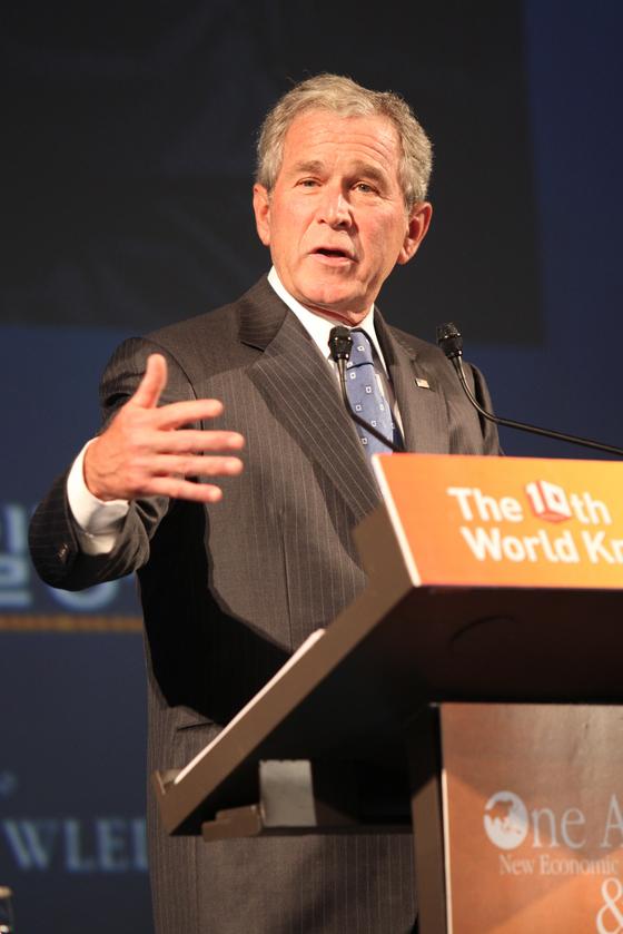 세계지식포럼 참석차 방한한 조지 W. 부시 전 미국 대통령의 모습. 부시 전 대통령은 분석력 측면에서 오바마 전 대통령보다 13점이 높은 82점을 기록했다. [중앙포토]