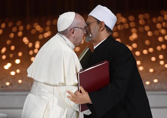 프란치스코 교황(왼쪽)과 이집트 알 아즈하르 사원의 이맘(이슬람 예배 인도자)인 셰이크 무함마드 엘 타예브가 지난 4일 아부다비에서 종교 관용을 선포하고 인사하고 있다. [EPA=연합뉴스]