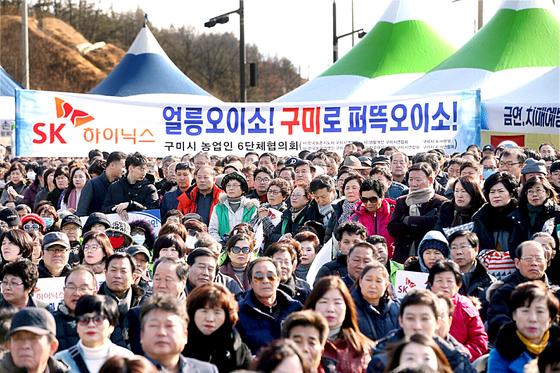 지난달 30일 경북 구미 시민들이 SK하이닉스 공장 유치를 주장하는 피켓을 들고 있다. [뉴스1]