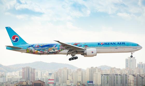 항공기용 그래픽 필름을 붙인 대한항공 B777-300ER 여객기의 모습. 그래픽 필름을 붙이는 데에는 3M의 접착 기술이 활용된다. 사진 대한항공