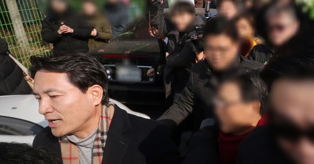 자유한국당 당권 도전에 나선 김진태 의원이 12일 오전 광주 북구 자유한국당 광주시당에서 당원 간담회를 마친 뒤 광주 시민들의 항의를 피해 돌아가고 있다. [뉴스1]