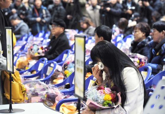 세월호 참사로 희생된 안산 단원고 250명 학생들의 명예 졸업식이 12일 경기도 안산시 단원고등학교에서 열렸다. 식에 참석한 유족이 슬퍼하고 있다. 프리랜서 김성태