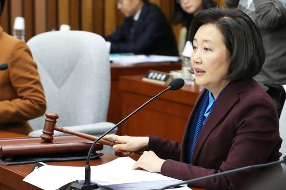 박영선 위원장이 지난해 11월 23일 오후 서울 여의도 국회에서 열린 사법개혁특별위원회 전체회의에서 의사봉을 두드리고 있다. 뉴스1
