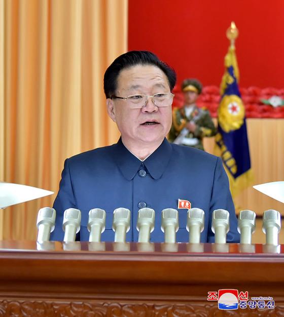 최용해 북한 노동당 부위원장이 지난해 4월 11일 '김정은 당과 국가의 최고수위 추대 6돌 중앙보고대회'에서 보고를 하고 있다. [조선중앙통신]