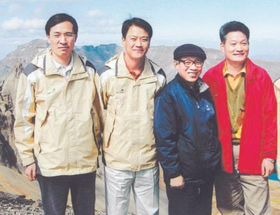 백두산을 배경으로 사진을 찍은 우상호 의원, 임종석 전 비서실장, 송영길 의원.