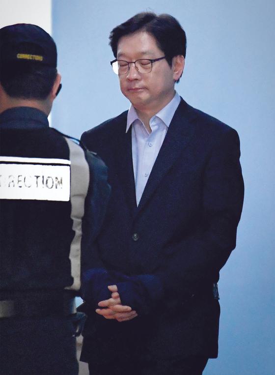 지난달 30일 서울 서초구 서울지방법원에서 징역형이 확정된 김경수 경남지사가 호송차에 탑승하고 있다. 김경록 기자