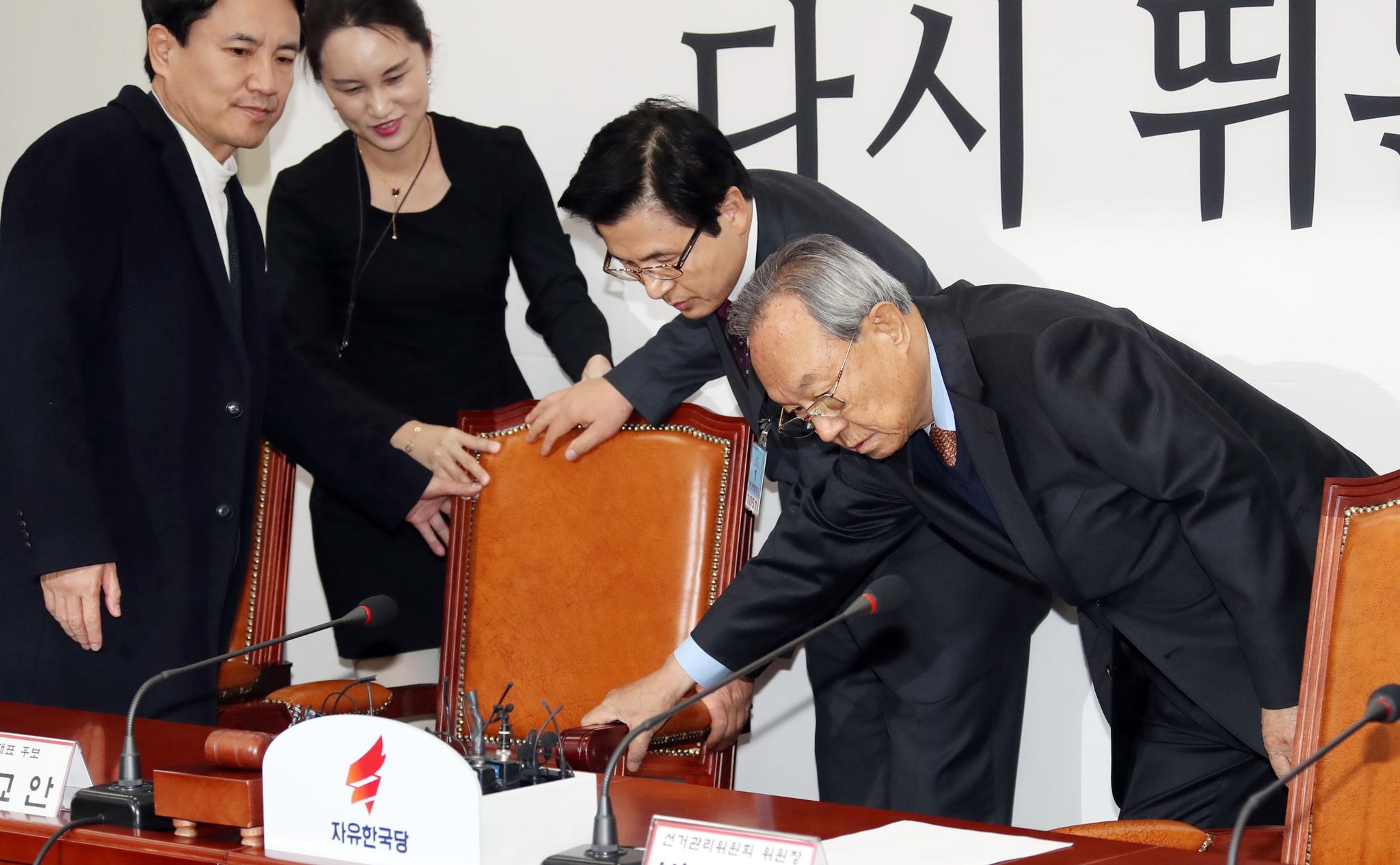 자유한국당 선관위 회의가 13일 오전 국회에서 열렸다. 박관용 선관위원장(오른쪽), 황교안(오른쪽 둘째), 김진태 후보(왼쪽)가 자리를 정돈하고 있다. 변선구 기자