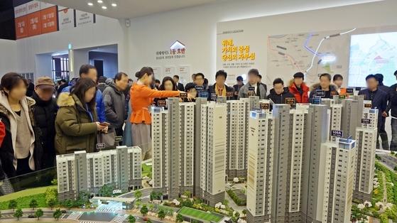 지난해 2월 경기 성남시 위례신도시의 호반건설산업 '위례 호반가든하임' 견본주택에 방문객들이 이어지고 있다. [연합뉴스]