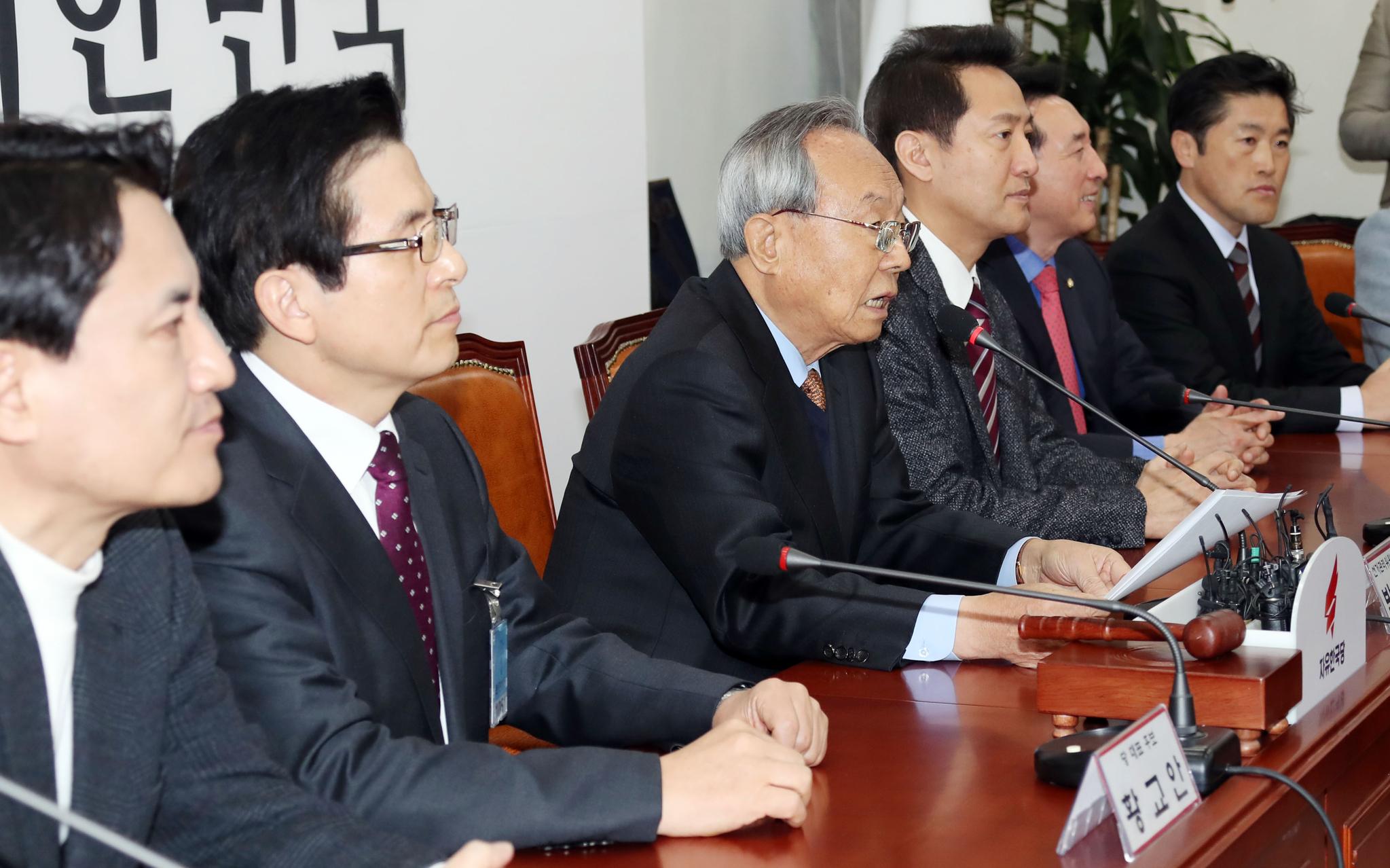 황교안, 오세훈, 김진태 후보가 참석한 자유한국당 선관위 회의가 13일 오전 국회에서 열렸다. 박관용 위원장(왼쪽 셋째)이 모두발언하고 있다. 변선구 기자