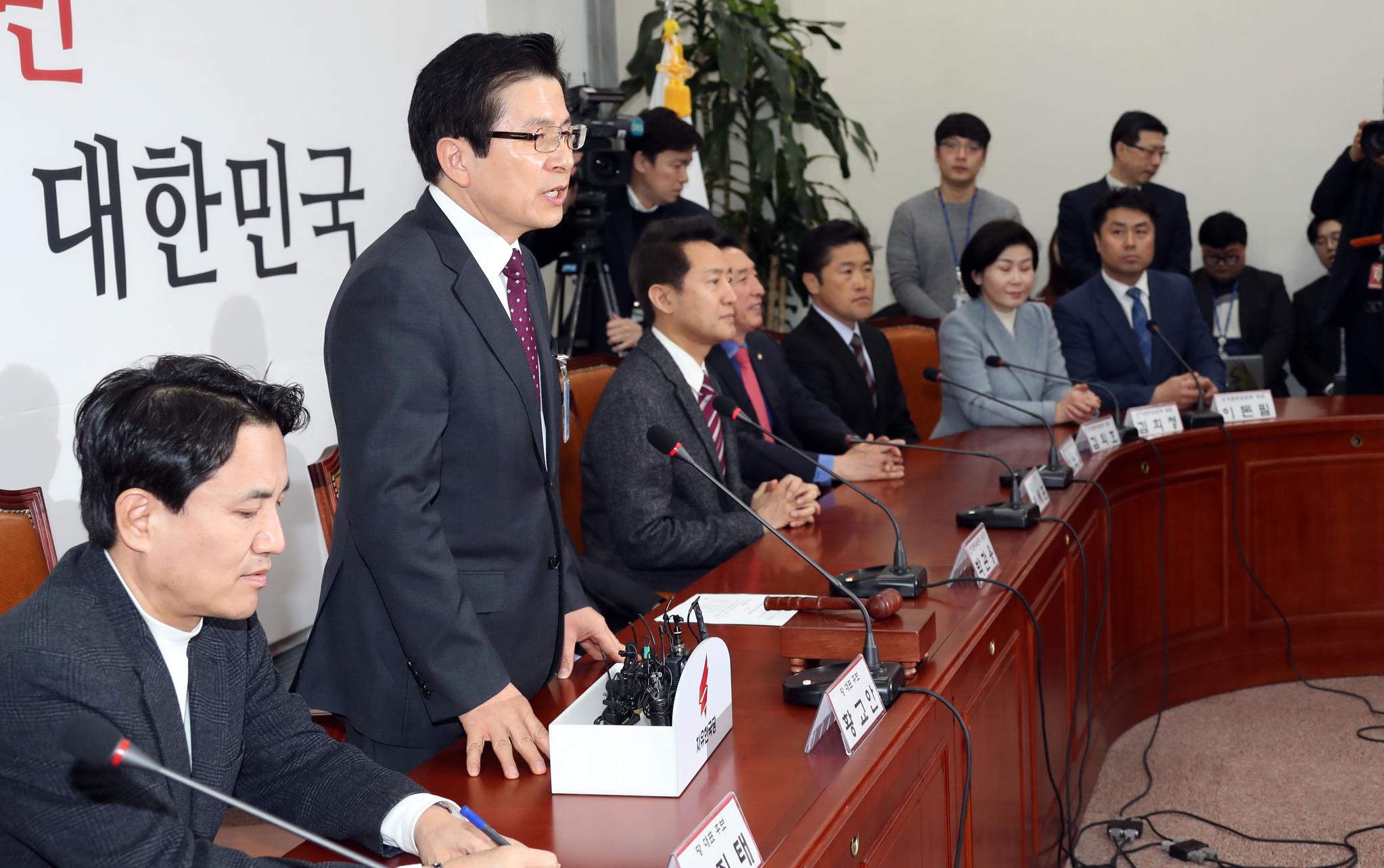 자유한국당 선관위 회의가 13일 오전 국회에서 열렸다. 황교안 후보(왼쪽 둘째)가 인사말하고 있다. 변선구 기자