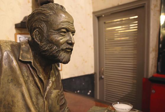 헤밍웨이 단골집 엘 플로리디따에 있는 헤밍웨이 동상. 실물 크기라고 한다. 엘 플로리디따에 들른 전 세계 관광객이 기념사진을 찍겠다고 다이끼리 한 잔 들고 긴 줄을 선다. 손민호 기자