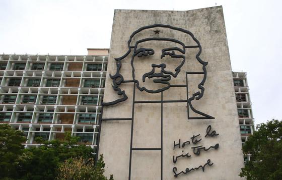 아바나 혁명광장에 내다 걸린 체 게바라의 얼굴. 내무부 건물 외벽에 설치돼 있다.아래 글귀는 '영원한 승리의 그날까지'란 뜻이다. 물론 체 게바라 어록이다. 손민호 기자