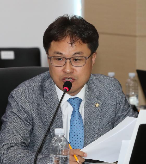 지난해 10월 18일 정부세종청사에서 열린 기획재정위원회의 기획재정부 국정감사에서 더불어민주당 김정우 의원이 질의를 하고 있다. [연합뉴스]
