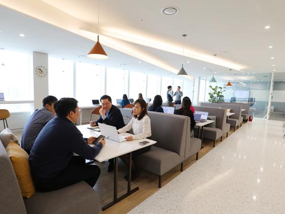 워크플렉스 롯데월드타워 라운지에서 입주 기업 관계자들이 미팅을 하고 있다. [사진 롯데물산]
