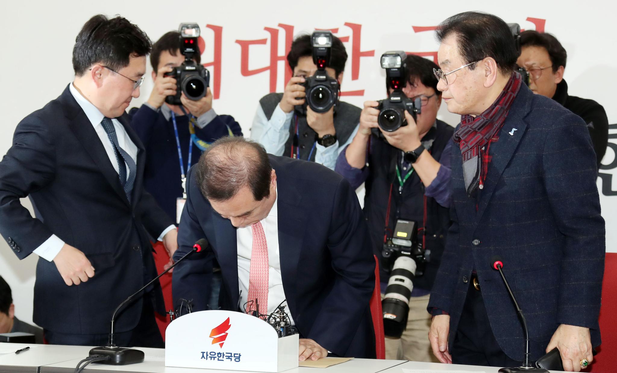 김병준 자유한국당 비상대책위원장(가운데)이 13일 오후 국회 비대위원장실에서 5.18 관련 단체 및 시민단체 대표단과 만나 면담 한 뒤 자리에서 일어나 머리숙여 사과하고 있다. 변선구 기자