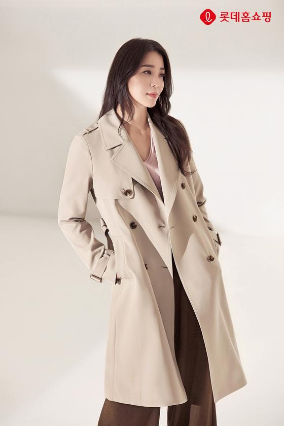 롯데홈쇼핑이 독일 패션 브랜드 라우렐을 단독 도입하면서 배우 한고은을 모델로 선정했다. 사진은 론칭 방송에서 선보인 트렌치 코트를 착용한 한고은.    [                 사진 롯데홈쇼핑]