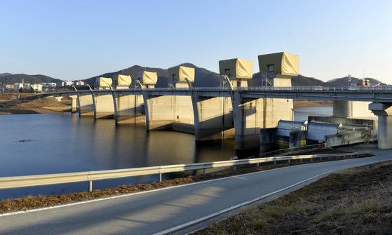 공주보는 2081억원을 들여 2012년 완공했다. [프리랜서 김성태]