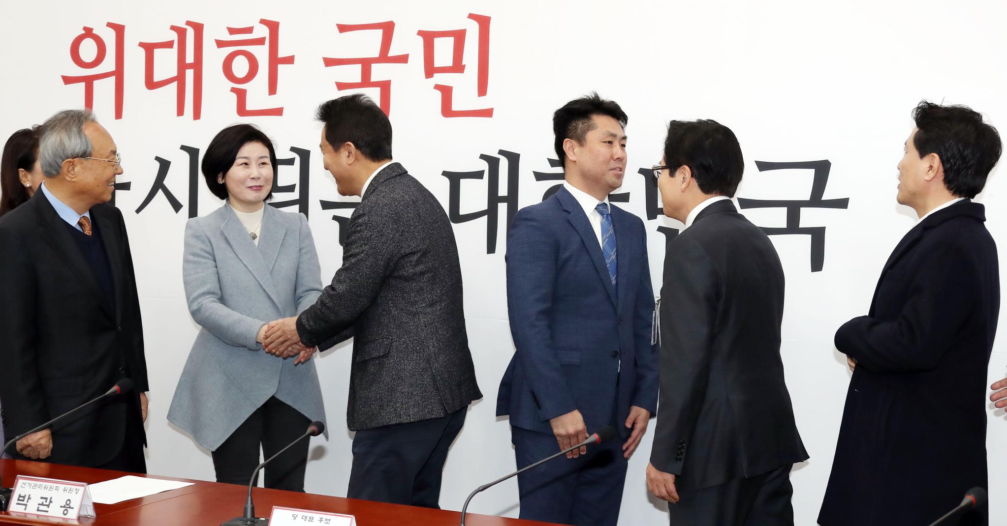 자유한국당 선관위 회의가 13일 오전 국회에서 열렸다. 황교안, 오세훈, 김진태 후보가 선관위원들과 인사를 나누고 있다. 변선구 기자