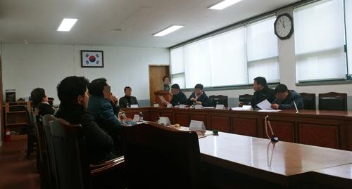 강원 강릉시 한 면사무소에서 13일 부면장 갑질 발언과 관련해 지역사회단체들이 모임을 하고 있다. [연합뉴스]