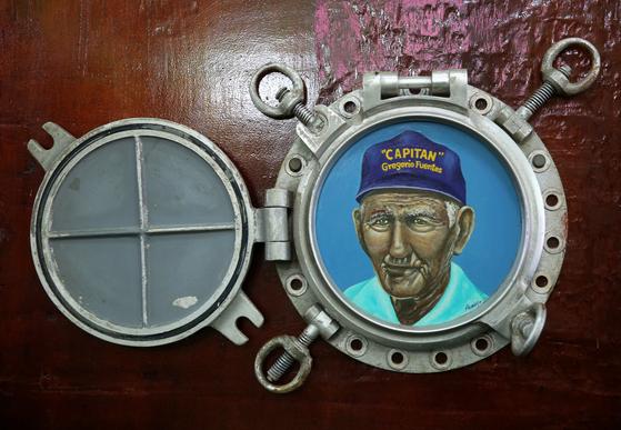 『노인과 바다』의 모델이 된 꼬히마르의 늙은 어부 그레고리오 푸엔테스. 그는 헤밍웨이의 낚싯배 '필라 호'의 선장이기도 했다. 손민호 기자