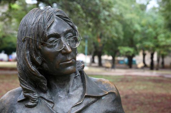 아바나 시내의 존 레넌 동상. 원래는 안경이 없다. 마침 안경 끼워주는 쿠바인이 없어 일행의 안경을 잠깐 걸쳐놓고 촬영했다. 손민호 기자