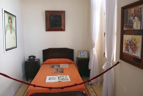 올드 아바나 맘보스 문도스 호텔의 헤밍웨이 객실. 객실 구석에 싱글 침대 하나가 달랑 놓여있고, 창문을 향해 낡은 타자기가 있다. 이 방에서 헤밍웨이는 책 3권을 집필했다고 한다. 손민호 기자