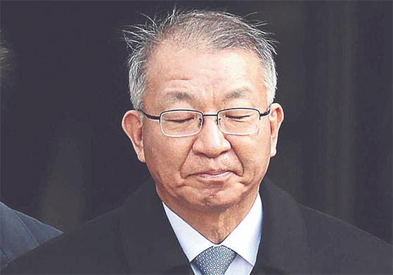 양승태 전 대법원장이 지난달 23일 오후 서울중앙지법에서 영장실질심사를 마친 후 굳은 표정으로 검찰 차량으로 걸어가고 있다. 최승식 기자