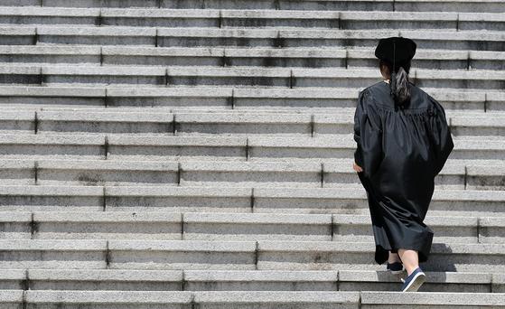 지난해 8월 서울의 한 대학교에서 열린 후기 학위수여식을 마친 한 졸업생이 계단을 오르고 있다. [뉴스1]