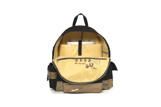 지난해 라프 시몬스가 이스트팩과 협업한 가방. 상주곶감 글자를 프린트로 이용했다. [중앙포토]