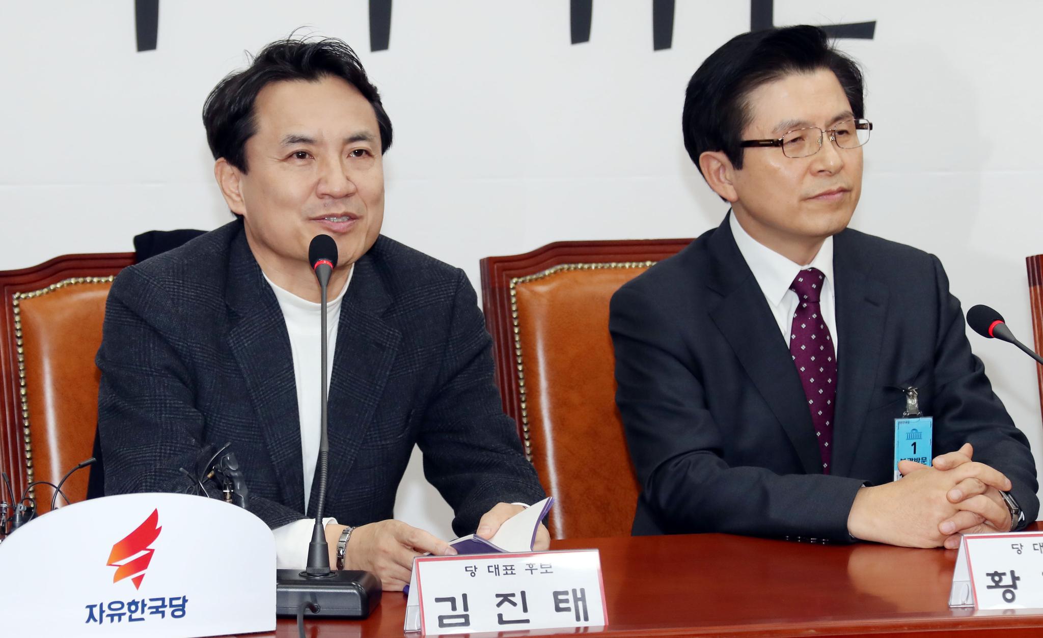 자유한국당 선관위 회의가 13일 오전 국회에서 열렸다. 김진태 후보(왼쪽)가 인사말 하고 있다. 변선구 기자 20190213