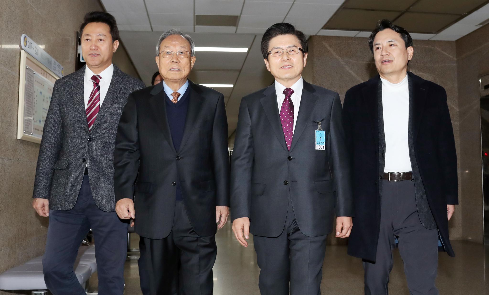 자유한국당 선관위 회의가 13일 오전 국회에서 열렸다. 오세훈 후보, 박관용 선관위 위원장, 황교안, 김진태 후보(왼쪽부터)가 회의장으로 이동하고 있다. 변선구 기자