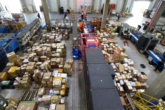 인천 중구 인천세관 특송물류센터에서 해외 직구로 수입된 물품을 분류하고 있다. [뉴스1]