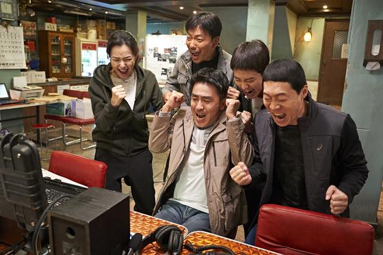 배세영 작가가 각색해 말맛을 살린 코믹 수사물 '극한직업'. 최근 한국영화의 부진을 뚫고 개봉 15일 만에 올해 첫 1000만 영화가 됐다. [영화 CJ엔터테인먼트]