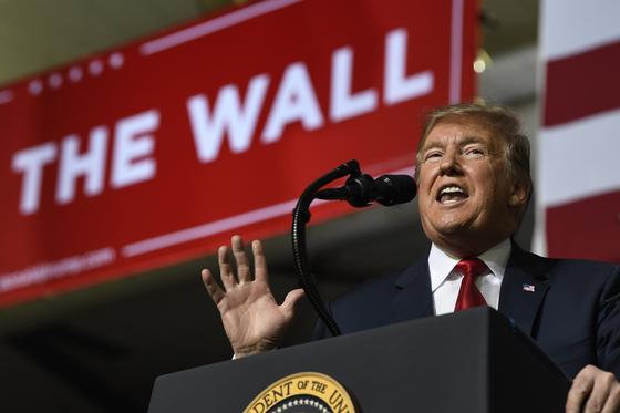 지난 11일 멕시코와 국경을 마주하고 있는 미국 텍사스 엘 파소에서 연설을 하고 있는 도널드 트럼프 미국 대통령. [AP=연합뉴스]