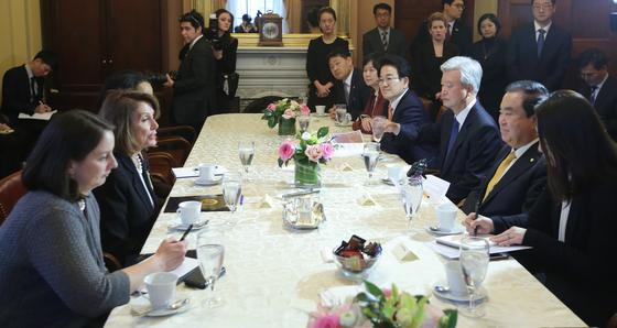 """문희상 국회의장을 포함한 여야 대표단이 12일 워싱턴의 미국 의회를 방문해 """"북한이 비핵화 의사를 믿지 않는다""""는 낸시 펠로시 하원의장과 1시간여 논쟁을 벌였다.[연합뉴스]"""