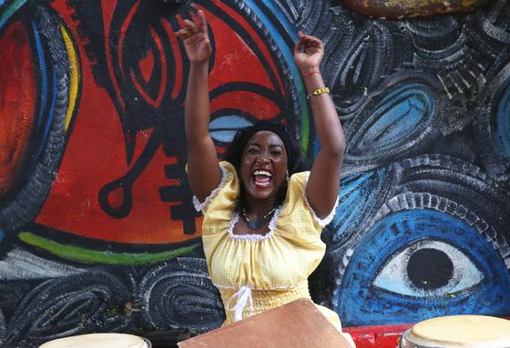 쿠바 아바나 아프리카 거리의 룸바 공연. 흑인 연주자들은 신들린 무당처럼 노래를 부르고 악기를 두드리고 몸을 흔들었다. 손민호 기자