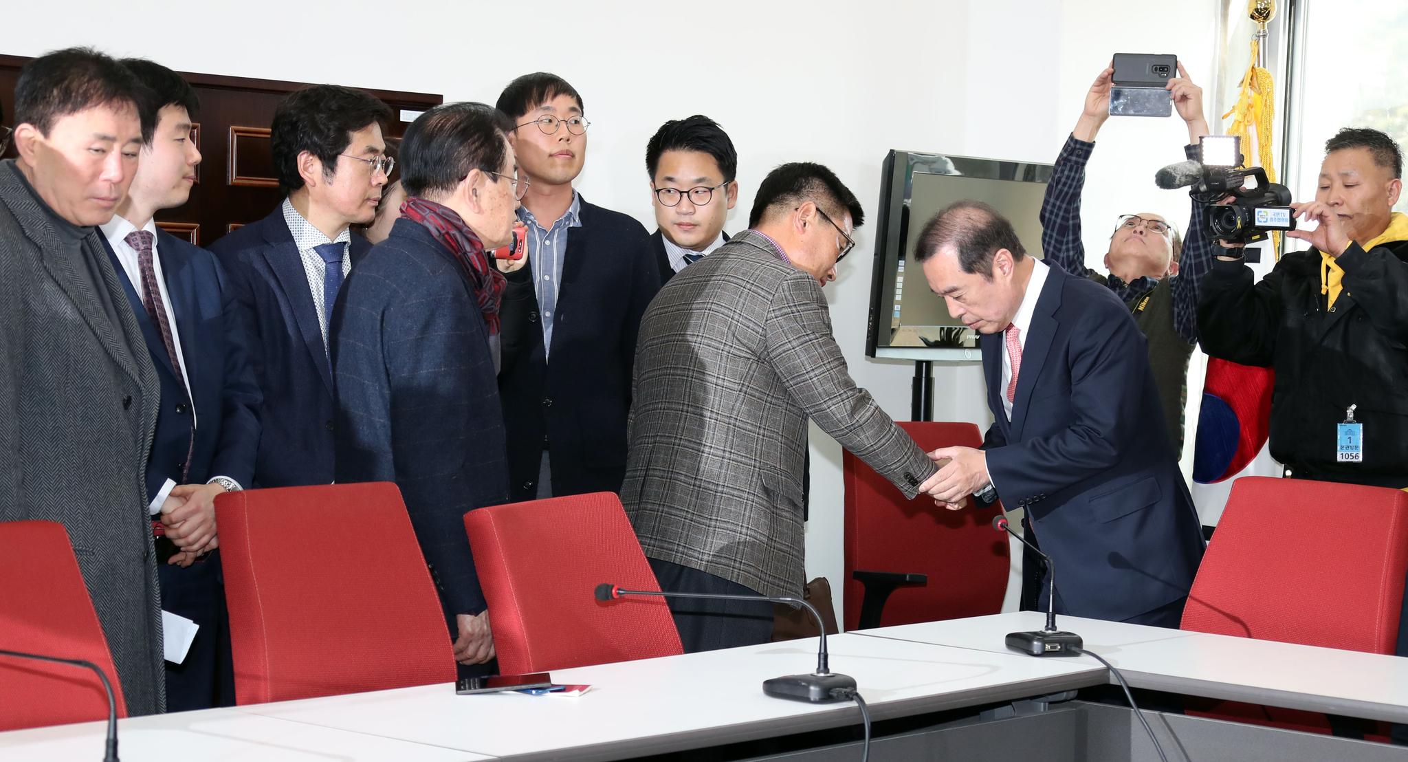 김병준 자유한국당 비상대책위원장(오른쪽 셋째)이 13일 오후 국회 비대위원장실에서 5.18 관련 단체 및 시민단체 대표단과 면담했다. 김 위원장이 대표들과 인사하고 있다.변선구 기자
