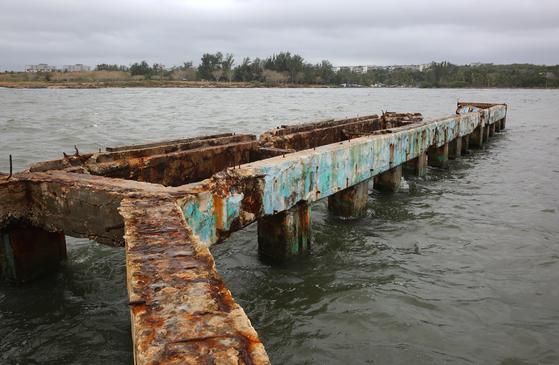 코히마르 해변의 녹슨 방파제. 너무 낡아 이제는 쓸모가 없어진 방파제에서 맨몸으로 바다와 싸운 늙은 어부가 연상됐다. 추레하고 남루해서 좋았다. 손민호 기자