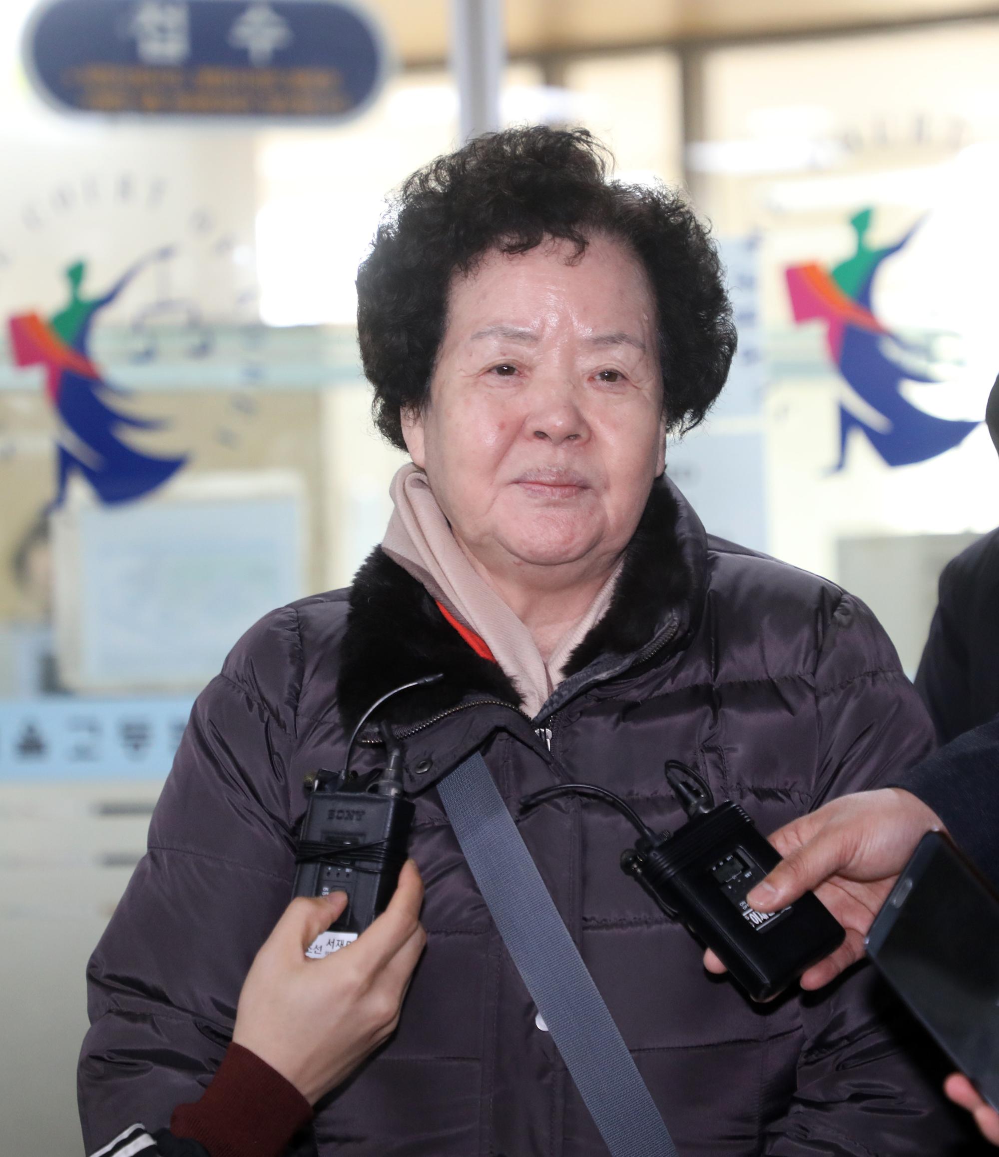 '이태원 살인사건' 피해자 고 조중필 씨의 어머니 이복수씨가 13일 오후 서울중앙지법에서 1심과 같은 국가배상 인정 2심 판결을 받은 후 기자들의 질문에 답하고 있다. [연합뉴스]
