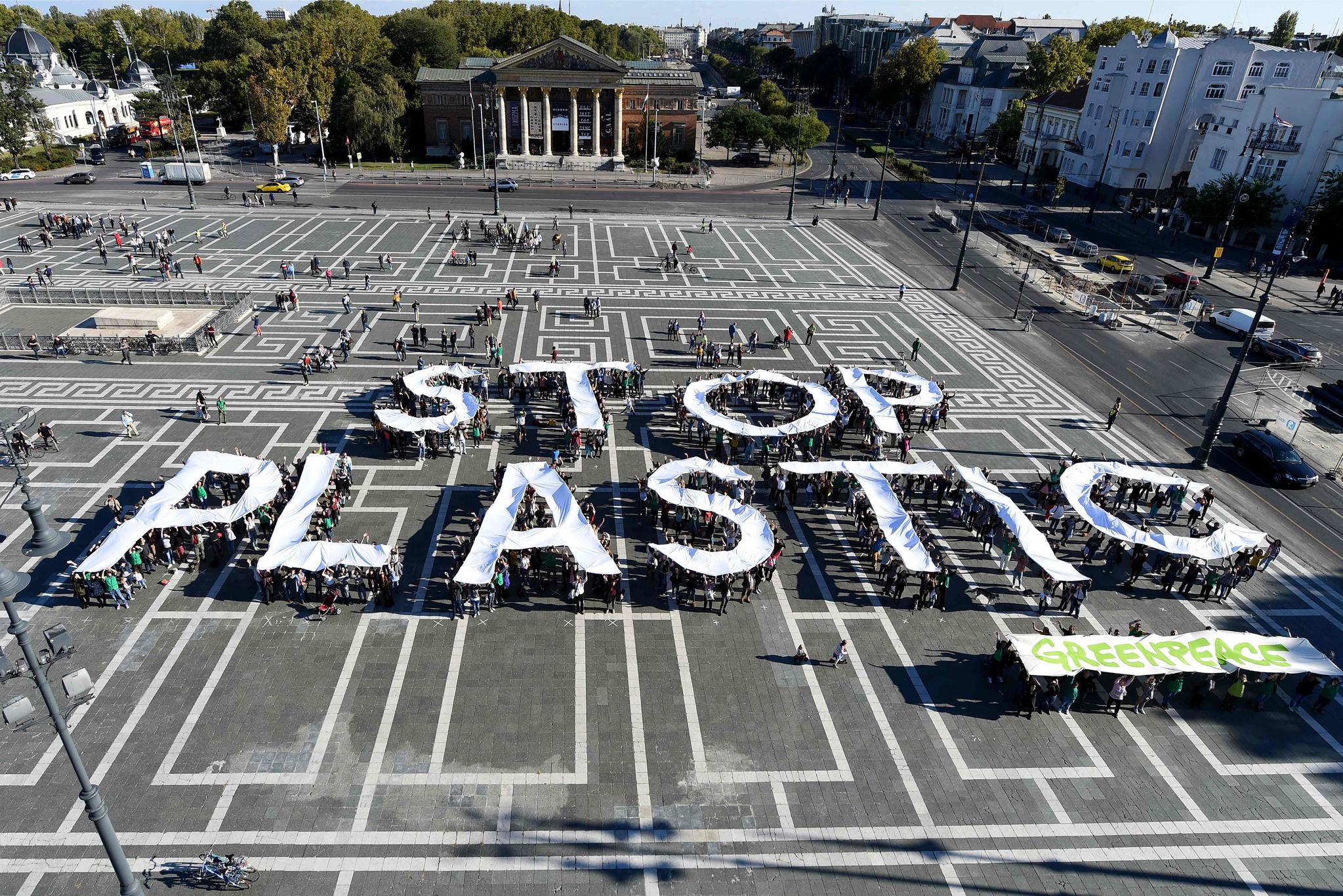 그린피스 회원들이 지난해 9월 헝가리 부다페스트에서 플라스틱 사용 금지를 요구하는 퍼포먼스를 하고 있다. [AFP=연합뉴스]