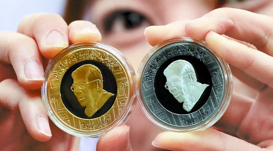 김수환 추기경 선종 10주년 기념메달 전시