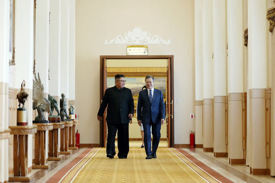 문재인 대통령(오른쪽)과 김정은 국무위원장이 지난해 9월 평양 백화원 영빈관에서 열린 남북정상회담에 입장하고 있다. [평양사진공동취재단]