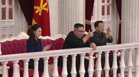 북한 조선중앙TV는 9일 김정은 국무위원장이 71주년 건군절을 맞아 인민무력성을 방문한 영상을 편집한 25분 분량의 기록영화를 방영했다. 김 위원장이 노래 '우리의 국기' 공연 중 엄지손가락을 치켜들며 기뻐하고 있다. [연합뉴스]