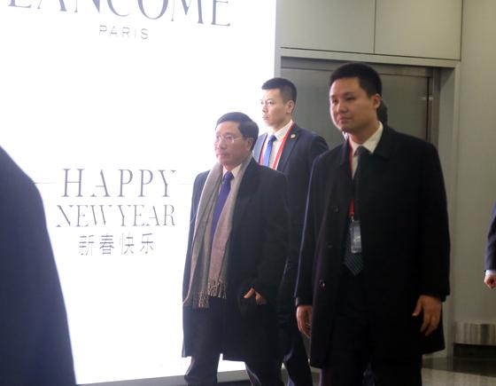 2차 북미정상회담이 개최되는 베트남의 팜 빈 민 부총리 겸 외교부 장관(왼쪽)이 12일 2박 3일 일정으로 방북길에 올랐다.   민 장관은 이날 오전 경유지인 베이징(北京) 서우두(首都) 공항에 도착한 뒤 같은 날 낮 12시55분 평양행 고려항공에 탑승했다.[사진 연합뉴스]