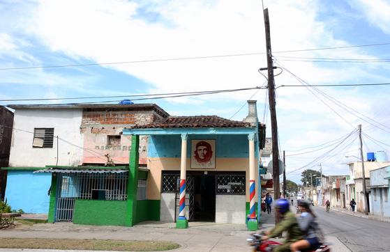 산타 끌라라 시내의 이발소. 쿠바에서는 이발소도 게바라를 내걸고 영업을 한다. 손민호 기자