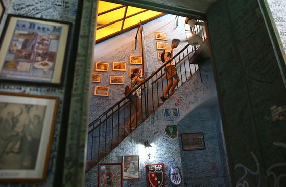 라 보데기따 내부 모습. 전 세계에서 찾아온 관광객들이 온 벽에 낙서를 해놨다. 2층도 꽉꽉 차 있었다. 손민호 기자