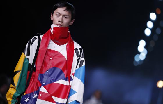 지난 1월 루이뷔통 남성 컬렉션에 등장한 태극기. 다양성·통합을 의미하는 10여 개 국기 중 하나였다. [사진 루이뷔통]